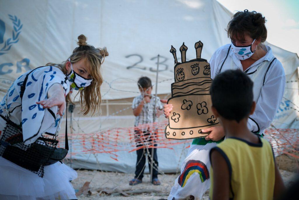 vluchtelingen kampen kinderen theater kleur fantasie hoop stichting joy sparking refugee camps kids imagination feest party